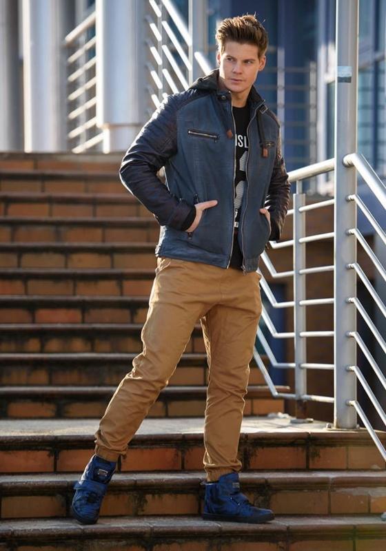 Stylizacja nr 147 - kurtka skórzana, longsleeve z nadrukiem, spodnie joggery, buty sneakersy