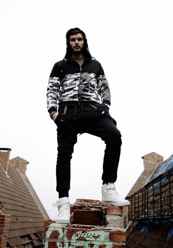 Stylizacja nr 186 - bluza z kapturem, spodnie baggy, buty sneakersy