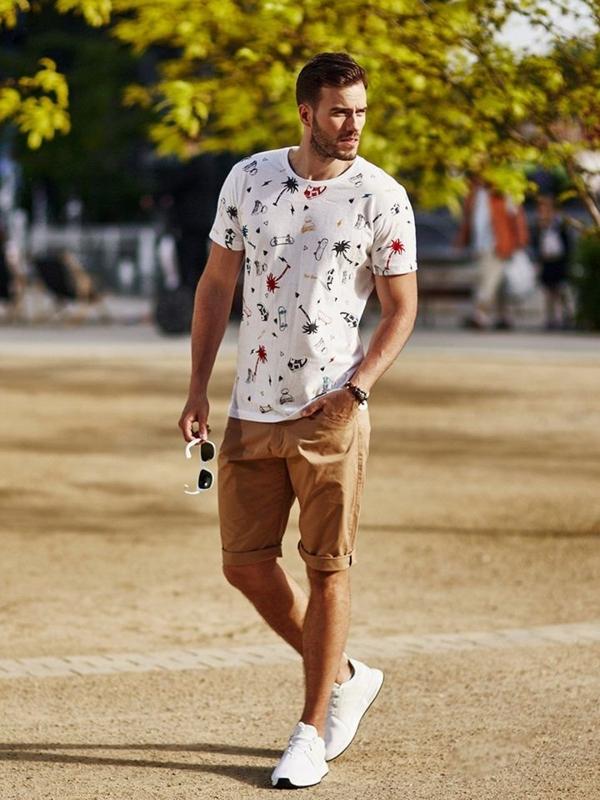 Stylizacja nr 273 - okulary przeciwsłoneczne, bransoletka skórzana, T-shirt z nadrukiem, krótkie spodenki