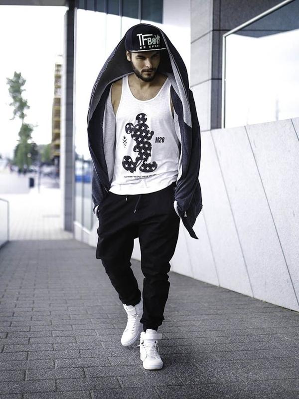 Stylizacja nr 275 - czapka z daszkiem, bluza z kapturem, tank top z nadrukiem, joggery, buty