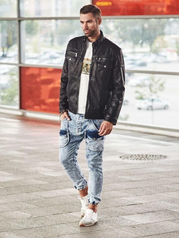 Stylizacja nr 307 - bransoletka, kurtka skórzana, T-shirt z nadrukiem, jeansowe joggery