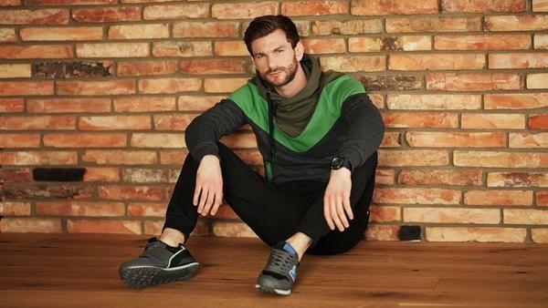 Stylizacja nr 411-bluza z kapturem, spodnie dresowe, buty sportowe, zegarek