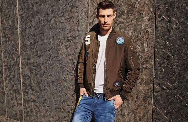Stylizacja nr 433- Kurtka przejściowa bomberka, spodnie jeansowe joggery, longsleeve