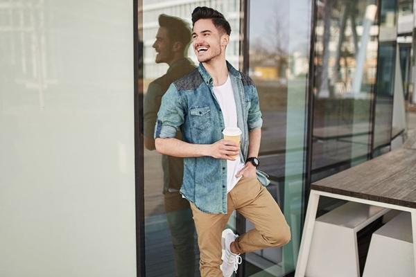 Stylizacja nr 438- Koszula jeansowa, spodnie chinosy, T-shirt