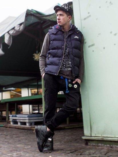 Stylizacja nr 112 - czapka z daszkiem, bezrękawnik, bluza bez kaptura, spodnie joggery, buty