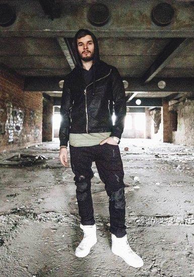 Stylizacja nr 182 - kurtka skórzana, T-shirt z kapturem, spodnie joggery, buty sneakersy