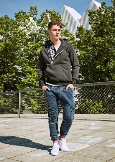 Stylizacja nr 19 - bluza, T-shirt, spodnie joggery, buty